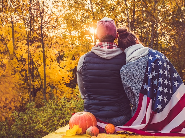 Feliz, par casado, segurando, a, bandeira eua