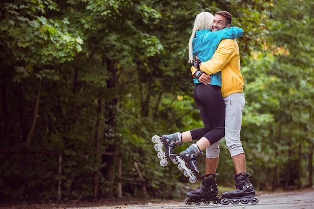 Feliz par de patins em movimento