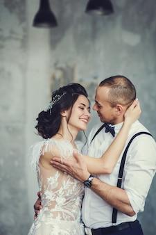 Feliz, par jovem, abraçando