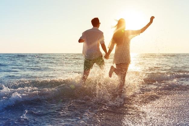 Feliz, par jovem, desfrutando, a, mar