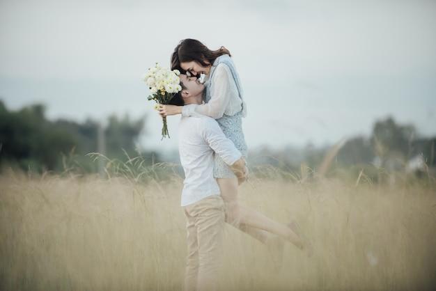 Feliz, par jovem, em, romance, ligado, verão, bonito, paisagem