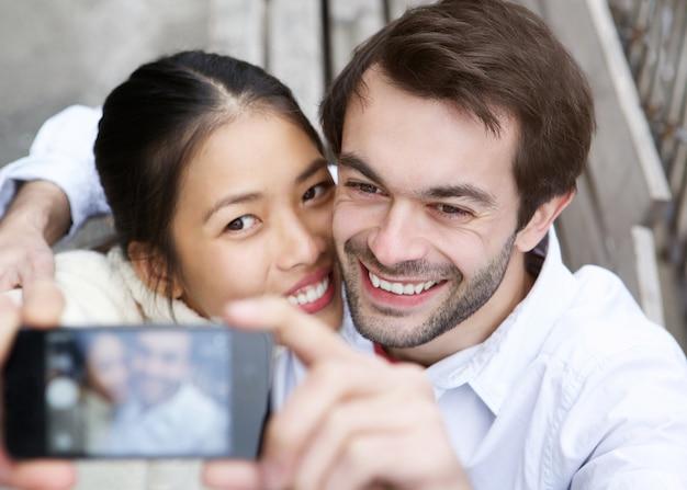 Feliz, par jovem, levando, um, selfie, e, sorrindo