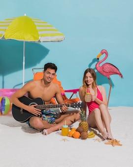 Feliz, par jovem, relaxante, praia