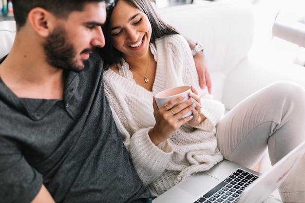 Feliz, par jovem, sentar sofá, com, laptop