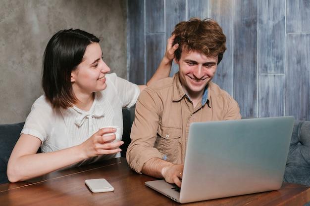 Feliz, par jovem, sorrindo