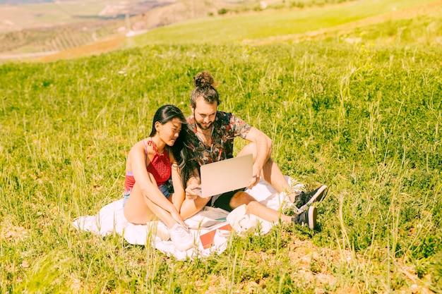 Feliz, par jovem, usando computador portátil, ligado, descanso