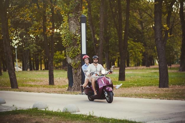 Feliz, par jovem, viajando