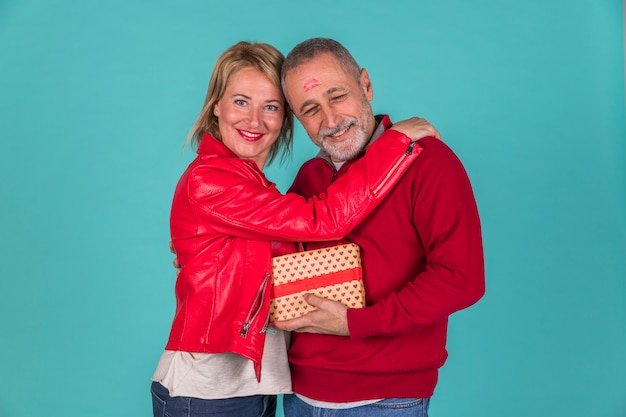 Feliz, par velho, abraçando, tiro estúdio