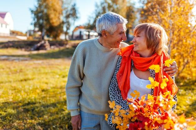 Feliz, par velho, andar, em, floresta outono