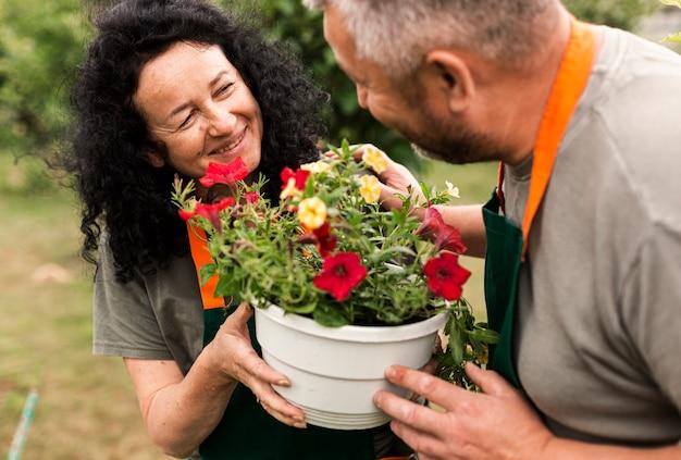 Feliz, par velho, com, flores
