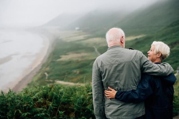 Feliz, par velho, desfrutando, um, vista deslumbrante