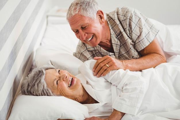 Feliz, par velho, rir, cama, em, quarto