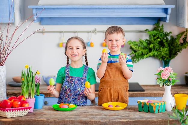 Feliz páscoa. bonito irmão e irmã, engraçados menino e menina estão se preparando para o feriado.