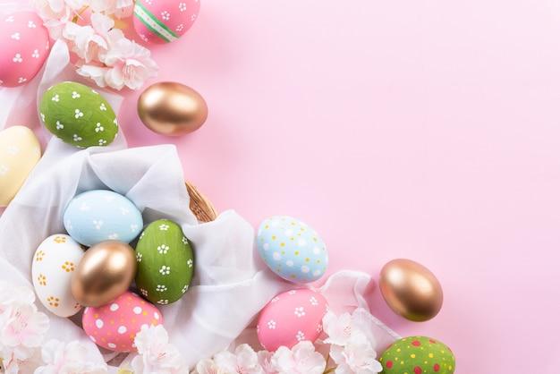 Feliz páscoa! colorido de ovos de páscoa no ninho com flores e penas