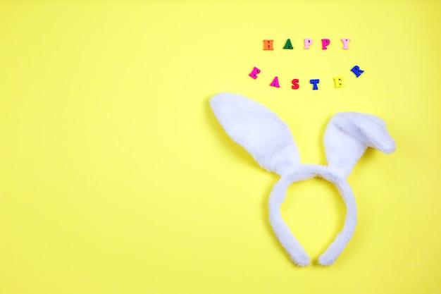 Feliz páscoa com orelhas de coelho adorável