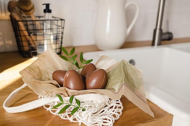 Feliz páscoa composição de quatro ovos de chocolate na cozinha de estilo moderno. decoração de férias diy para crianças.
