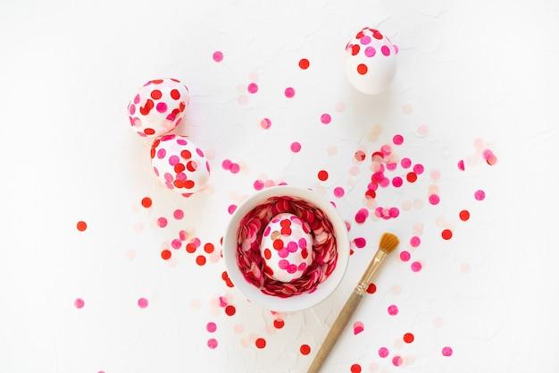 Feliz páscoa. decoração de ovos de páscoa confetes de papel