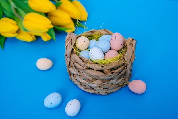 Feliz páscoa. decoração do feriado de páscoa em fundo azul na moda