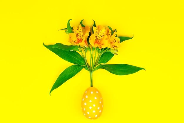 Feliz páscoa. flores da primavera rosa com ovo de páscoa com flores