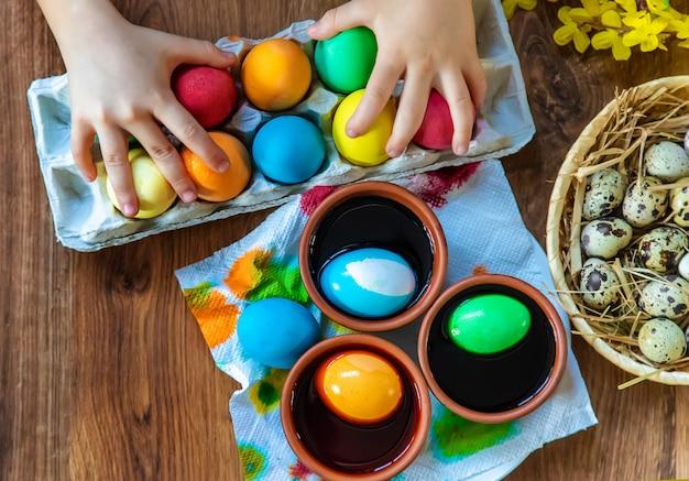 Feliz páscoa. foco seletivo de ovos.