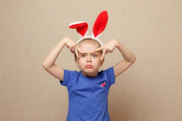 Feliz páscoa. garota de criança com orelhas de coelho.