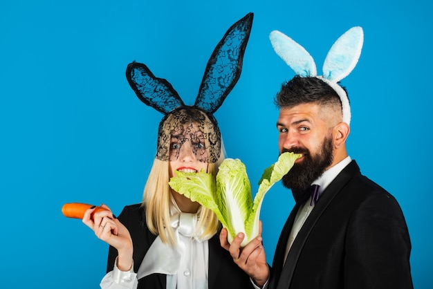 Feliz páscoa. homem cômico, engraçado e bonito mulher está usando orelhas de coelho. conceito de venda de páscoa. copie o espaço. desconto