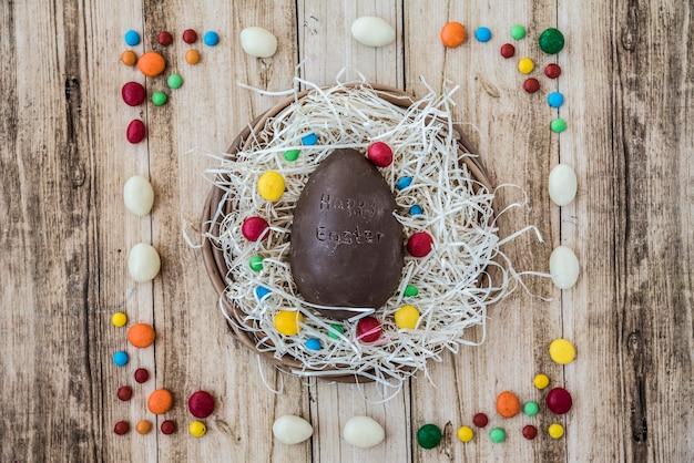 Feliz páscoa inscrição no ovo de chocolate