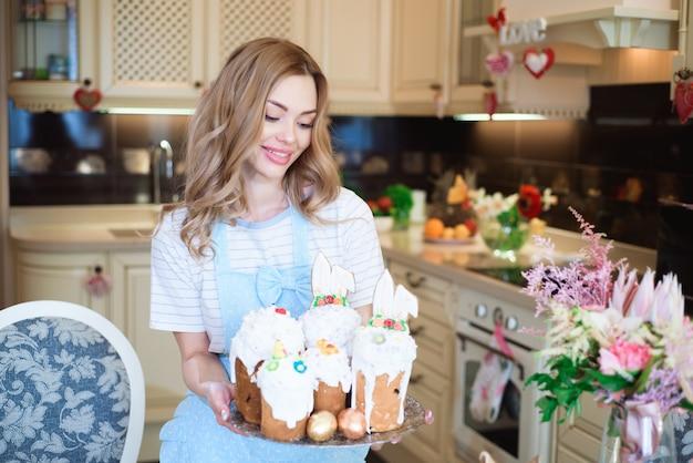 Feliz páscoa. mãe com bolos se prepara para a páscoa.