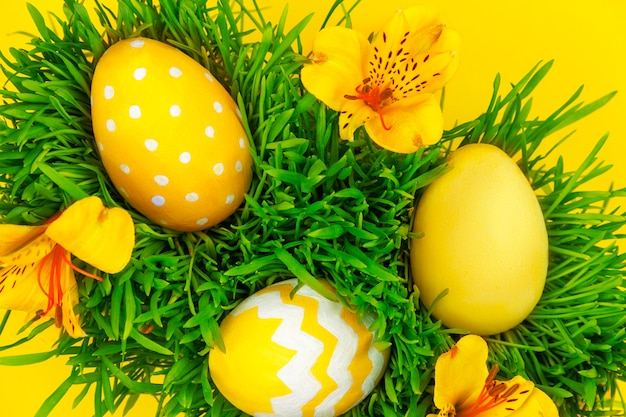 Feliz páscoa. ovos de páscoa coloridos tradição deitado na grama verde com flores da primavera