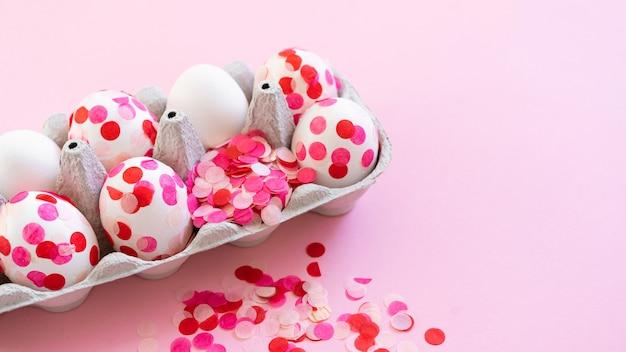 Feliz páscoa. ovos de páscoa decoração confete de papel rosa.