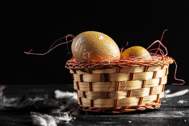 Feliz páscoa! ovos de páscoa na madeira