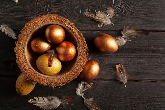 Feliz páscoa! ovos de páscoa no fundo de madeira
