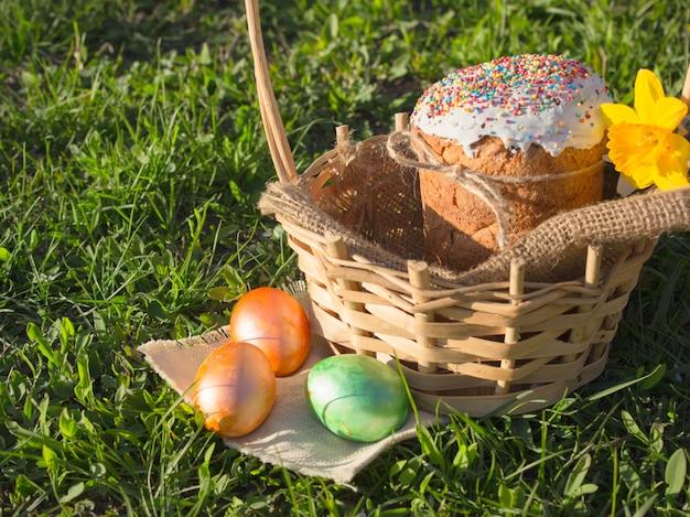 Feliz páscoa. páscoa de felicitações. bolo de páscoa com ovos da páscoa em um peitoril da janela de madeira. conceito de férias