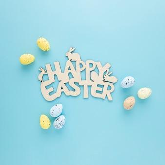 Feliz páscoa placa de madeira com ovos em um fundo azul