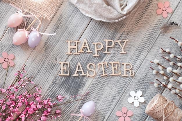 Feliz páscoa, plana leigos na superfície de madeira texturizada cinza com decorações de primavera