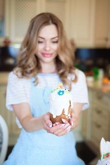 Feliz páscoa. uma mãe com bolos nas mãos se prepara para a páscoa.