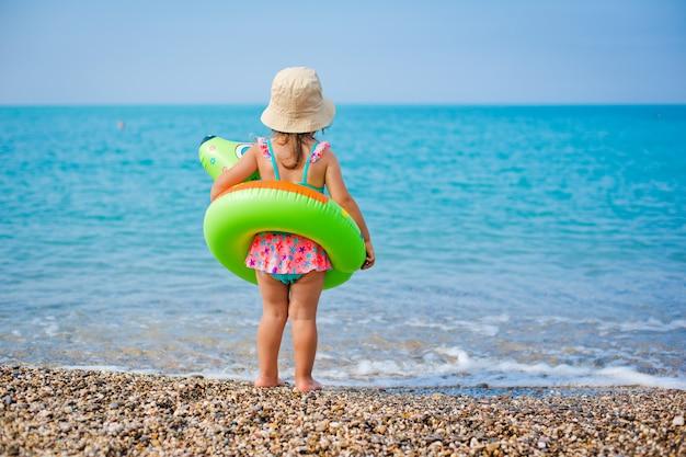 Feliz, pequeno, criança menina, banhar-se