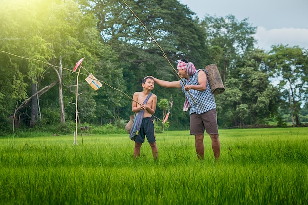 Feliz pesca no campo de arroz