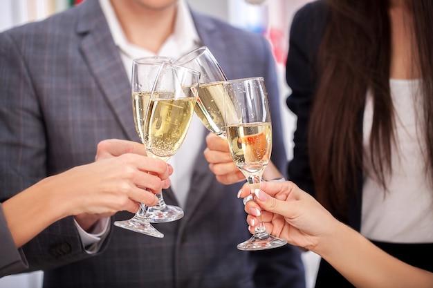 Feliz, pessoas negócio, em, chapéus santa, é, olhando câmera, e, sorrindo, enquanto, celebrando, ano novo