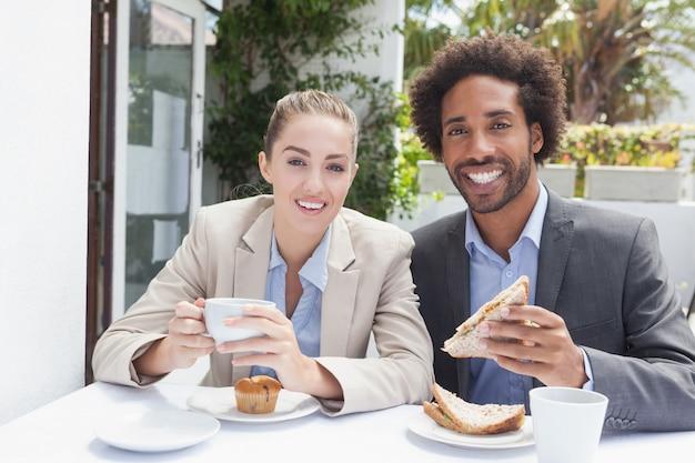 Feliz, pessoas negócio, ligado, seu, almoço