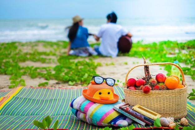 Feliz piquenique em família na praia.