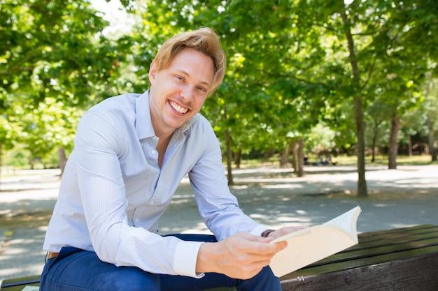 Feliz, positivo, estudante, desfrutando, leitura