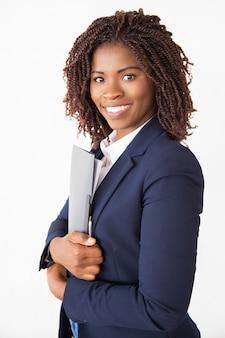 Feliz profissional bem sucedida segurando pasta com documentos
