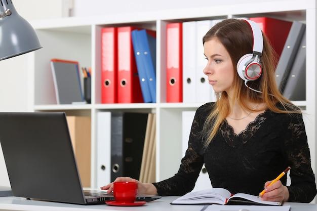 Feliz representante de atendimento ao cliente falando ao telefone no fone de ouvido