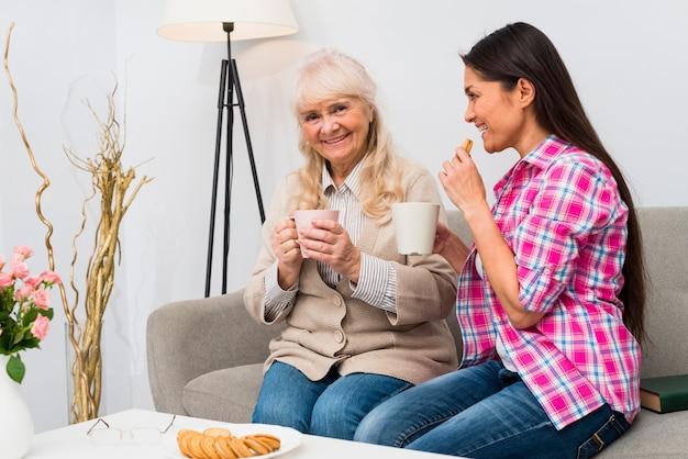 Feliz, retrato, de, um, mãe filha, sentar sofá, café manhã, junto
