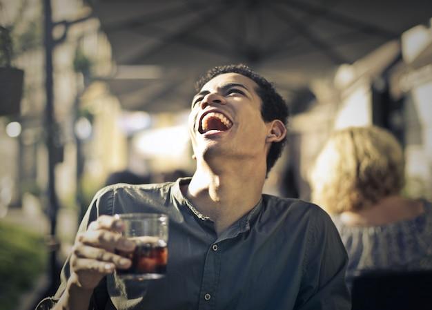 Feliz rindo cara afro