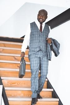 Feliz rindo rico empresário americano africano bem sucedido gerente superior elegante caro terno co ...
