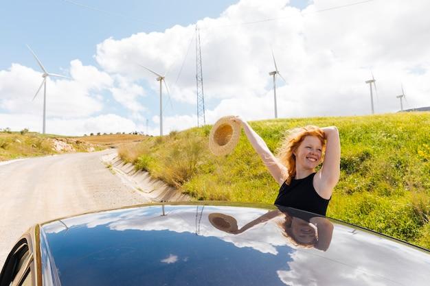 Feliz, ruivo, mulher, ligado, lado, estrada