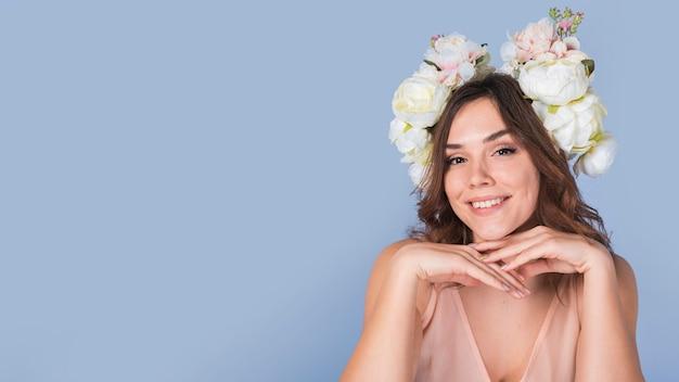 Feliz, senhora, com, flores, ligado, cabeça