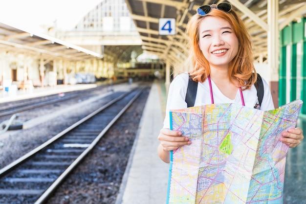 Feliz, senhora, com, mapa, ligado, plataforma